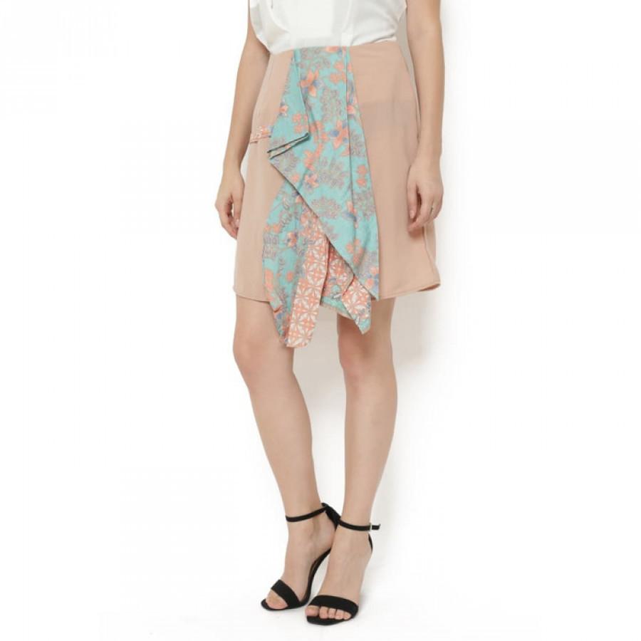 Rok Midi Batik Asimetris Depan kombinasi Peach Tosca Gesyal . Bahan licin dan warna netral
