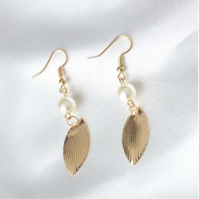 gold-leaf-pearl-earrings-gold-02cebfr