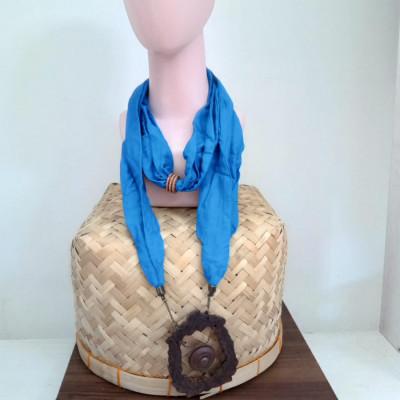 kalung-syal-batik-handmade-kalung-kayu-gamelan-gong-gesyal-biru