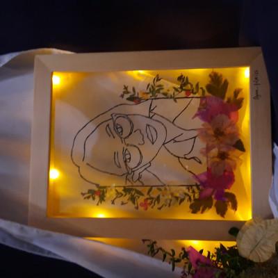 kerajinan-tangan-sketsa-wajah-di-kaca-dengan-dry-flower