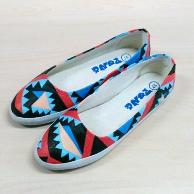 sepatu-lukis-dewasa-tribal-abstrak